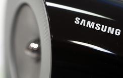 Динамик беспроводной аудио док-станции в магазине при офисе Samsung в Сеуле 23 июля 2013 года. Cheil Industries Inc, де-факто холдинговая компания Samsung Group, рассчитывает привлечь в ходе IPO 1,3-1,5 триллиона вон ($1,2 - $1,4 миллиарда), сказал источник, знакомый с планами. REUTERS/Lee Jae-Won