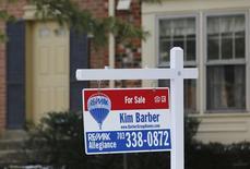 """Una casa de ciudad con un cartel de """"se vende"""" en Oakton, Virginia. Imagen de archivo, 27 marzo, 2014.  Las ventas de casas usadas en Estados Unidos escalaron en septiembre a su nivel más alto en un año, en la más reciente señal de que la recuperación del mercado de la vivienda se encarrila gradualmente.  REUTERS/Larry Downing"""