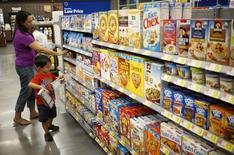Una mujer compra en un supermercado Walmart en Bentonville. Imagen de archivo, 05 junio, 2014. Los precios al consumidor en Estados Unidos subieron sólo marginalmente en septiembre debido a un fuerte descenso de los precios de la energía, lo que ofrece un débil panorama para la inflación que ofrecería a la Reserva Federal suficiente espacio para mantener las tasas de interés bajas por un tiempo. REUTERS/Rick Wilking
