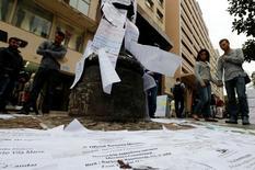 Pessoas olham lista de vagas de emprego em rua no centro de São Paulo. 13/08/2014 REUTERS/Paulo Whitaker