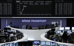 Unos operadores en la bolsa de Fráncfort, oct 23 2014. Las acciones europeas subieron el jueves luego de una volátil sesión, apuntaladas por la fortaleza de Wall Street, aunque la divulgación de resultados corporativos débiles limitó las alzas de las bolsas en la región.     REUTERS/Remote/Stringer