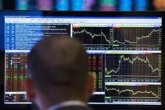 Трейдер на Нью-йоркской бирже 13 марта 2014 года.  Европейские фондовые рынки могут снизиться при открытии торгов из-за сообщения о зараженном Эболой докторе в Нью-Йорке. REUTERS/Lucas Jackson