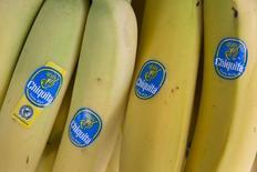 Le producteur américain de bananes Chiquita Brands International a ouvert des discussions en vue d'un rachat par les groupes brésiliens Grupo Cutrale et Safra Group, après le rejet par ses actionnaires de son projet de rapprochement avec l'irlandais Fyffes. /Photo prise le 12 août 2014/REUTERS/Neil Hall
