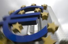 Una escultura del euro frente a las oficinas del Banco Central Europeo en Frankfurt, 26 octubre, 2014. El crédito a compañías y familias de la zona euro se contrajo en septiembre por vigésimo noveno mes consecutivo pero a un ritmo menor, pese a la intensificación de los esfuerzos del Banco Central Europeo para que los préstamos fluyan de nuevo y apuntalen el crecimiento. REUTERS/Ralph Orlowski