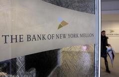 Una mujer pasa al lado del logo del Bank of New York Mellon en Bruselas. Imagen de archivo, 25 febrero, 2010. Un juez estadounidense rechazó el lunes exigir a Bank of New York Mellon Corp que entregue a los tenedores de bonos argentinos en default alguna parte de los 539 millones de dólares que el país depositó para pagar a sus acreedores que participaron en reestructuraciones previas de deuda soberana. REUTERS/Sebastien Pirlet