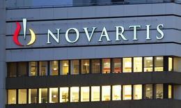 El logo de Novartis  visto en sus oficinas en Basel. Imagen de archivo, 22 octubre, 2013. La farmacéutica suiza Novartis AG reportó el martes resultados mejores a lo esperado debido a que sólidas ventas de nuevos productos y su medicamento para la leucemia Glivec ayudaron a contrarrestar la competencia a su píldora para la presión arterial Diovan, que solía ser récord de ventas.  REUTERS/Arnd Wiegmann