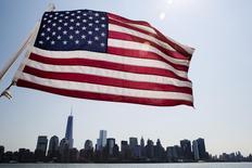 Una bandera estadounidense se ve sobre los rascacielos de Manhattan en Nueva York. Imagen de archivo, 11 julio, 2014. La confianza del consumidor estadounidense aumentó en octubre a su mayor nivel desde octubre del 2007, al mejorar la percepción sobre el mercado laboral, de acuerdo con un reporte del sector privado divulgado el martes. REUTERS/Lucas Jackson
