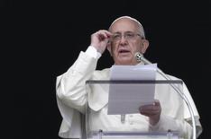 O papa Francisco faz a oração do Angelus, na janela do Palácio Apostólico, no Vaticano, no domingo. 26/10/2014 REUTERS/Max Rossi