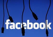 Логотип Facebook в Сараево 23 сентября 2014 года. Facebook Inc предупредила во вторник о резком повышении расходов в 2015 году и спрогнозировала замедление роста выручки в текущем квартале, что стоило компании десятой части рыночной стоимости. REUTERS/Dado Ruvic