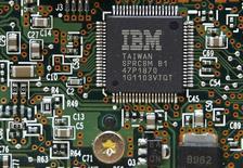 Una CPU de IBM en un disco duro en Kiev, mar 5 2012. International Business Machines Corp anunció el miércoles que se asociará con Twitter para utilizar los datos que se recojan de los tuits publicados en todo el mundo para ayudar a dar forma a las decisiones empresariales.   REUTERS/Gleb Garanich