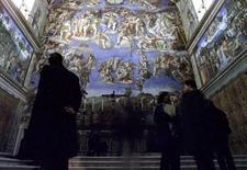 Visitantes observam afrescos de Michelangelo na Capela Sistina, em foto de arquivo de 1999. REUTERS/Paolo Cocco