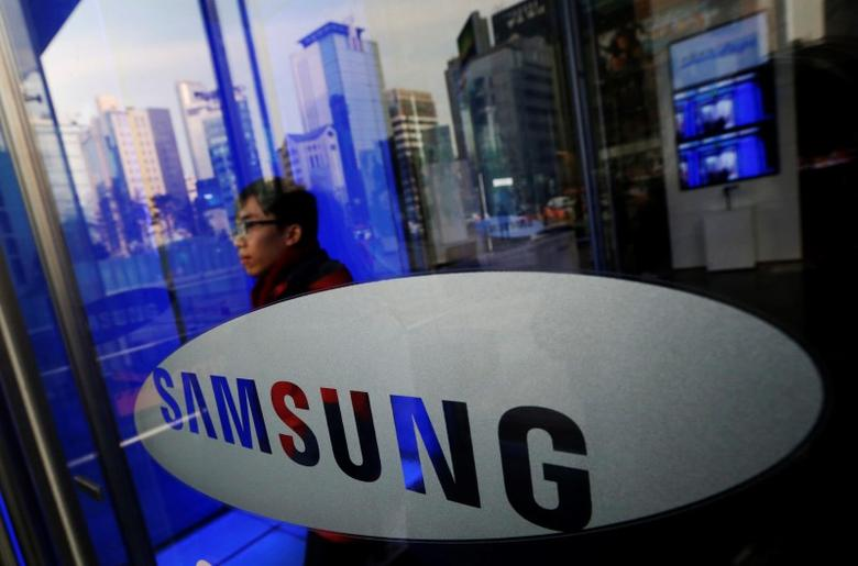 A man walks out of Samsung Electronics' headquarters in Seoul, in this January 6, 2014 file picture.    REUTERS/Kim Hong-Ji/Files