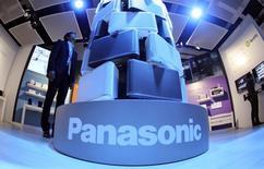 Una persona mira una muestra de parlantes Panasonic en una feria electrónica en Berlín. Imagen de archivo, 04 septiembre, 2014. Panasonic Corp elevó su proyección de ganancias para todo el año en un 13 por ciento y volvió a una posición positiva de efectivo neto por primera vez en cinco años, luego de que una drástica reestructuración eliminó líneas de productos deficitarios en smartphones, plasmas y semiconductores. REUTERS/Hannibal Hanschke