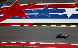 Pilioto britânico Lewis Hamilton pilota Mercedes em sessão de treinos livres do GP dos EUA, no Texas. REUTERS/Mike Stone