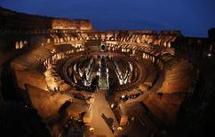 Imagen de archivo del antiguo Coliseo de Roma durante un vía crucis por el último Viernes Santo.  REUTERS/Tony Gentile