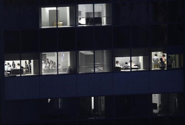 11月5日、厚生労働省が発表した毎月勤労統計調査(速報)によると、9月の現金給与総額(事業所規模5人以上)は前年比0.8%増の26万6595円となり、7カ月連続で増加した。写真は東京のオフィスビル。7月撮影(2014年 ロイター/Issei Kato)