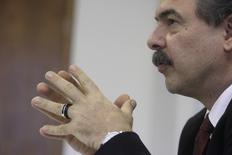 Ministro da Casa Civil, Aloizio Mercadante, em entrevista à Reuters quando ainda era ministro da Ciência e Tecnologia, em Brasília. 7/01/2011. REUTERS/Ricardo Moraes