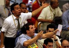 Un grupo de operadores en la bolsa de valores de Sao Paulo, oct 16 2008. Las acciones brasileñas caían el miércoles bajo la presión de Banco do Brasil y de Petrobras, luego de que el prestamista informó resultados trimestrales inferiores a lo esperado y de que la petrolera señaló que aún no tiene una decisión en cuanto a un ajuste en el precio de los combustibles. REUTERS/Paulo Whitaker