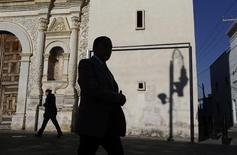 Personas caminan por el centro de Toluca. Imagen de archivo, 19 febrero, 2014.  La inflación interanual de México se aceleró en octubre a su mayor nivel en nueve meses empujada por las tarifas eléctricas y alzas en los precios de algunos alimentos, mostraron el viernes cifras oficiales. REUTERS/Tomas Bravo