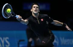 Novak Djokovic durante partida do ATP World Tour Finals contra Marin Cilic em Londres, nesta segunda-feira. 10/11/2014 REUTERS/Stefan Wermuth
