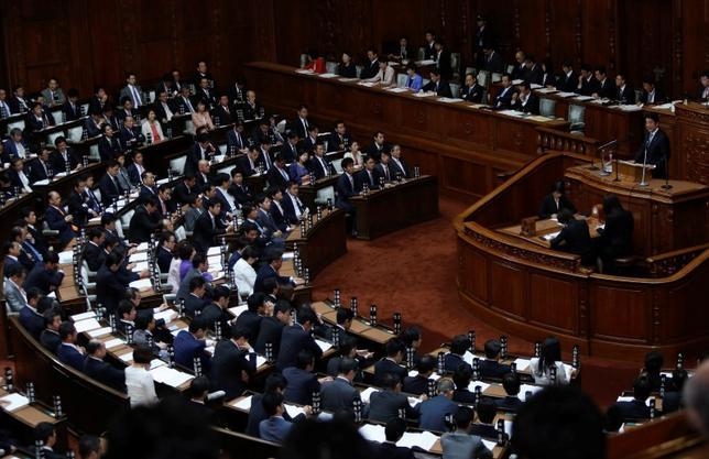 11月11日、菅義偉官房長官は、衆院解散は安倍晋三首相の専権事項との考えを改めて示したうえで、解散をめぐる報道が続いていることについては「政府の立場で発言は控える」と述べた。衆議院で演説する安倍首相、9月撮影(2014年 ロイター/Yuya Shino)