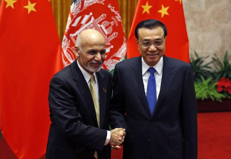 China's Premier Li Keqiang and Afghanistan's President Ashraf Ghani (L) pose for pictures at the Great Hall of the People in Beijing October 29, 2014. REUTERS/Kim Kyung-Hoon