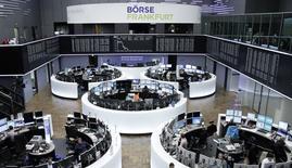 Помещение Франкфуртской фондовой биржи 30 октября 2014 года. Европейские фондовые рынки снижаются под давлением акций банков, подвергшихся штрафам в США и Великобритании. REUTERS/Remote/Stringer