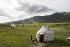 Юрты киргизских пастухов в долине Суусамыр 17 июня 2011 года. Международный валютный Фонд предрёк Киргизии дальнейшее торможение экономики в 2014 году, ускорение инфляции из-за замедления роста в Центральной Азии и на фоне экономического замедления у главных торговых партнёров - Казахстана и России. REUTERS/Vladimir Pirogov
