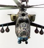 Вертолет Ми-24 македонских ВВС у деревни Ваксинце 25 мая 2001 года. Баку заявил в среду, что его вооружённые силы сбили армянский военный вертолёт Ми-24. Ереван ответил, что машина принадлежала сепаратистам Нагорного Карабаха, отколовшегося от Азербайджана, и что на борту было три человека. Radu Sigheti/Reuters