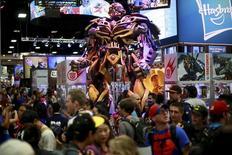 Una estatua de Transformers en el puesto de Hasbro en la Convención Internacional de Cómics en San Diego, EEUU, jul 25 2014. Las acciones de DreamWorks Animation SKG Inc se disparaban el jueves más de un 17 por ciento después de que el periódico New York Times citó fuentes diciendo que el fabricante de juguetes Hasbro Inc está en negociaciones para adquirir al estudio de cine.  REUTERS/Sandy Huffaker