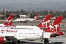 Самолеты компании Virgin America в аэропорту Лос-Анджелеса 2 ноября 2013 года. Авиаперевозчик-лоукостер Virgin America Inc, входящий в империю миллиардера Ричарда Брэнсона, провел прайсинг IPO, по итогам которого был оценен в $993,6 миллиона. REUTERS/David McNew