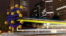 L'économie de la zone euro a connu un troisième trimestre 2014 moins pénible que prévu, la France dépassant les prévisions et l'Allemagne évitant la récession, mais sa croissance reste si faible qu'elle pourrait nécessiter de nouvelles mesures de soutien. /Photo d'archives/REUTERS/Kai Pfaffenbach