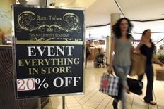 Unas personas transportan bolsas con compras en un centro comercial en Beverly Hills en Los Angeles, nov 8 2013. Los minoristas de Estados Unidos reportaron sólidas ventas en octubre, una señal de que los consumidores estadounidenses están gastando con mayor ímpetu y podrían ayudar a mantener un enérgico ritmo en el crecimiento económico. REUTERS/David McNew