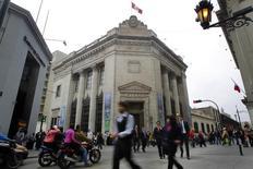 Personas caminan frente al Banco Central de Reserva del Perú en el centro de Lima. Imagen de archivo, 26 agosto, 2014.  La economía de Perú se habría expandido entre un 2,5 y un 3 por ciento interanual en septiembre, un ritmo superior al del mes previo pero aún muy por debajo del crecimiento potencial de la nación minera, estimó el viernes el Banco Central. REUTERS/Enrique Castro-Mendivil