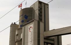 Bandeira da Suiça em uma fábrica da Holcim. 07/04/2014 REUTERS/Arnd Wiegmann