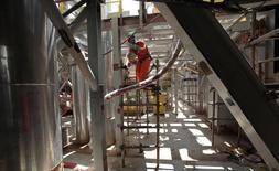 Funcionário em uma plataforma da Petrobras, em Angra dos Reis. 24/02/2011 REUTERS/Sergio Moraes