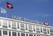 Une filiale suisse de la banque britannique HSBC a été inculpée en Belgique pour fraude fiscale et blanchiment d'argent. HSBC Private Bank est soupçonnée d'avoir aidé certains de ses clients les plus aisés, parmi lesquels des diamantaires anversois, à se soustraire à l'impôt par le biais de sociétés-écrans basées au Panama et aux Iles Vierges. /Photo d'archives/REUTERS/Denis Balibouse