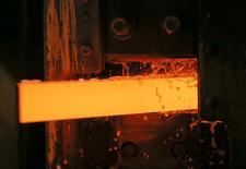 Un bloque de cobre para por un tratamiento con agua en una planta de Uralelektromed Joint Stock Company en el pueblo de Verkhnyaya Pyshma. Imagen de archivo, 17 octubre, 2014. El cobre y otros metales industriales cayeron el lunes tras la noticia de que Japón había entrado en recesión, pero el níquel, el aluminio y el plomo se recuperaron y cerraron al alza, apoyados por pronósticos de una escasez cercana. REUTERS/Maxim Shemetov