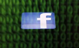 """El logo de Facebook visto en la pantalla de un Ipad en Sarajevo, jun 18 2014. Facebook Inc está trabajando secretamente en un nuevo sitio web llamado """"Facebook at Work"""" que permitiría a los usuarios mantener su perfil personal separado del laboral, informó el periódico Financial Times.   REUTERS/Dado Ruvic"""