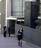Una mujer pasa frente al Banco Central del Uruguay en el distrito financiero de Montevideo. Imagen de archivo, 20 agosto, 2014. La inflación anual de Uruguay cerraría 2014 en 8,50 por ciento, por encima de la meta oficial para la variación de precios, de un 7 por ciento, aunque algo debajo del 8,59 por ciento previsto por los especialistas un mes atrás, según un sondeo del banco central entre agentes del mercado financiero. REUTERS/Andres Stapff