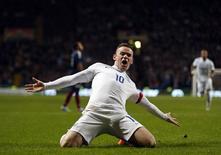 Wayne Rooney, da Inglaterra, comemora gol durante amistoso com a Escócia em Glasgow, na Escócia, nesta terça-feira. 18/11/2014 REUTERS/Russell Cheyne