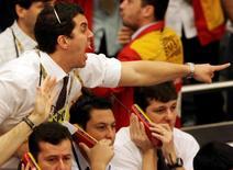 Unos operadores en la bolsa de valores de Sao Paulo, oct 24 2008. Las acciones de Brasil avanzaban el miércoles hacia su segunda alza consecutiva a medida que el índice Bovespa rozaba los 53.000 puntos, en medio de la expectativa por el próximo anuncio de un nuevo ministro de Hacienda y su equipo económico para el segundo mandato de la presidenta Dilma Rousseff.  REUTERS/Paulo Whitaker