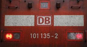 Le gouvernement allemand a discrètement renoncé à une privatisation partielle de Deutsche Bahn, une semaine après la publication par Reuters d'une dépêche évoquant ce projet, ce qui avait mécontenté les partenaires sociaux-démocrates d'Angela Merkel au gouvernement. /Photo prise le 6 octobre 2014/REUTERS/Kai Pfaffenbach
