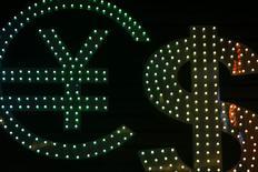 Символы валют доллар США, иена и евро в обменном пункте в Гонконге 1 ноября 2014 года. Банк России считает необходимым отделить услуги торговли на рынке форекс для населения от банковской и брокерской деятельности. REUTERS/Damir Sagolj