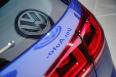 Volkswagen a présenté vendredi un plan d'investissement de 85,6 milliards d'euros pour les cinq prochaines années, visant à renforcer sa présence à l'étranger et à lancer de nouveaux modèles de véhicules plus propres, sans toutefois compromettre son projet de réduction des coûts. /Photo prise le 19 novembre 2014/REUTERS/Lucy Nicholson