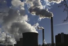 Электростанция в Гельзенкирхене 24 ноября 2014 года. Состояние мировой экономики будет постепенно улучшаться в течение следующих двух лет, но ВВП Японии вырастет меньше, чем ожидалось ранее, сообщила во вторник Организация экономического сотрудничества и развития. REUTERS/Ina Fassbender