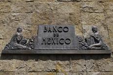 El logo del Banco de México en el centro de Ciudad de México, ago 28 2014. México redujo el déficit en cuenta corriente de su balanza de pagos en los primeros nueve meses del año, en medio de una moderación de las fuentes de financiamiento del exterior, dijo el martes el banco central. REUTERS/Tomas Bravo
