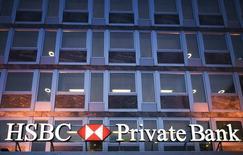 HSBC Holdings va verser une amende de 12,5 millions de dollars (10 millions d'euros) pour mettre fin à des poursuites contre sa filiale de banque privée suisse qui a proposé à des clients américains des services sans être dûment enregistrée auprès de la SEC (Securities and Exchange Commission).. /Photo d'archives/REUTERS/Valentin Flauraud