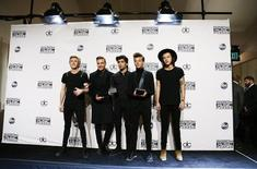 Membros da banda One Direction posam com prêmios recebidos no American Music Awards, em Los Angeles, Estados Unidos, no domingo. 23/11/2014 REUTERS/Danny Moloshok