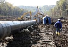 Строительство трубопровода на Дальнем Востоке 1 октября 2010 года. РФ после почти двухлетнего перерыва увеличит тарифы монополии Транснефть на прокачку нефти с 1 января 2015 года в среднем по системе магистральных нефтепроводов на 6,75 процента, говорится в сообщении Федеральной службы по тарифам (ФСТ). REUTERS/Jessica Bachman